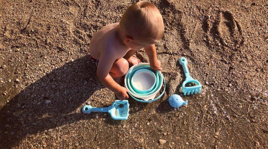 Za zabavo na plaži poskrbi set z zložljivim vedrom in igračka kit, ki pričara dež!